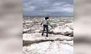 Прокуратура Архангельска завершила проверку пофакту видео, накотором женщина сдетьми прыгала польдинам наберегу Белого моря