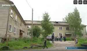 В Архангельске очередной дом сходит со свай