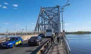 Железнодорожный мост в Архангельске открыли для автотранспорта