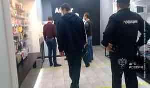 Водном изторговых центров Архангельска сотрудники таможни проверили продукцию напризнаки контрафактности