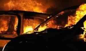 Три дорогие иномарки сгорели ночью в военных окрестностях Архангельска