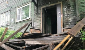 Очередная жилая ветхая «деревяшка» сошла со свай в Архангельске