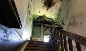 «Мы просто так это не оставим»: видео из дома без пола и потолка, где живут люди на Розы Люксембург