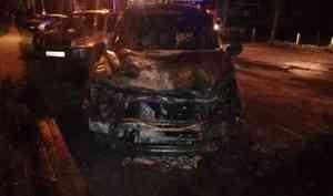 «Когда толкали, она еще горела»: в центре Архангельска взорвалась легковушка