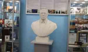 В Геологическом музее САФУ появился бюст Николая Лаверова