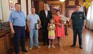 Спасшую 5-летнего ребенка из бассейна девочку наградили в Крыму