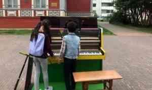Уличным музыкантом может стать каждый: на Чумбаровке появилось пианино