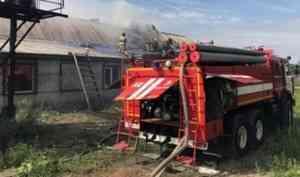 Огнеборцы ликвидировали пожар в ангаре мебельной компании на окраине Архангельске