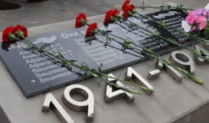 В Холмогорском районе на средства гранта установили мемориальные плиты с именами воинов-земляков