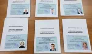 Избком вручил шести кандидатам в губернаторы Архангельской области удостоверения