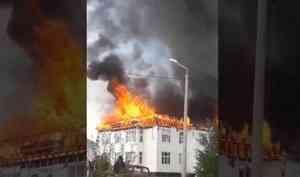«Чердак сгорел, уже потолки пошли»: крупный пожар вСеверодвинске грозит оставить больше 20 человек без крыши над головой