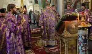 Митрополит Корнилий совершил богослужение в канун праздника Изнесения Животворящего Креста Господня