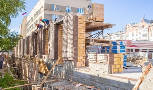 На стройплощадке ЖК «Familia» ведется кирпичная кладка стен 1-го этажа