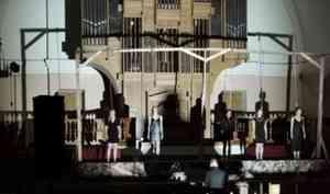 Суд инквизиции остановился в Кирхе: в молодёжном театре открыли сезон
