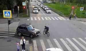 Видео: велосипедист скрылся с места аварии на перекрестке в центре Архангельска
