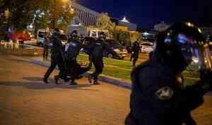 Недовольные тайной инаугурацией Лукашенко белорусы вышли на улицы. Их избили и облили водой