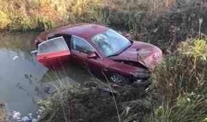 В Устьянском районе опрокинулась Mazda. Четыре человека пострадали, водитель сбежал