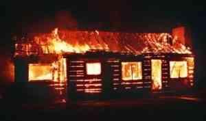 Из-за пожара в бывшей турбазе в Пинежском районе чуть не сгорел частный коттедж