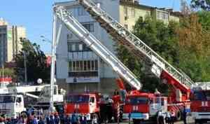 Заместитель Министра МЧС России Анатолий Супруновский вручил 7 единиц пожарно-спасательной техники Астраханским пожарным