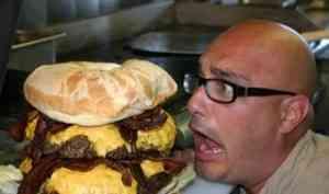 Житель Северодвинска звонил в Служба-112 и требовал гамбургеры