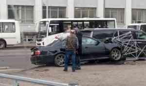 «Тойота» снесла леерное ограждение в центре Архангельска