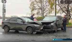 Нанабережной Архангельска лоб влоб столкнулись два автомобиля