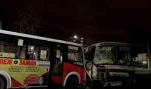 В Архангельске произошло ДТП с участием двух автобусов и такси