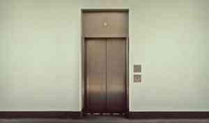 Вцентре Архангельска подростки разгромили лифт икамеры вподъезде жилого дома