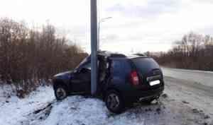 В Архангельске водитель, не справившись с управлением, въехал в столб