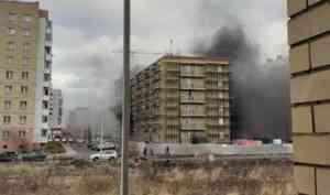 Архангельские огнеборцы потушили пожар в строящемся доме на Московском проспекте
