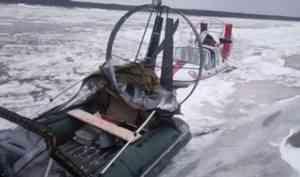 Пожарные спасли из ледового плена ценную для жителей Верхней Тоймы аэролодку