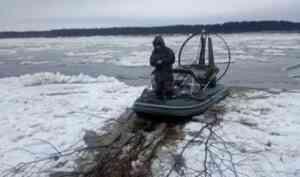 В 12 километрах от Верхней Тоймы на реке застряла аэролодка