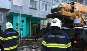 У крыльца жилого дома в Архангельске провалилась одна из опорных плит козырька. Никто не пострадал.