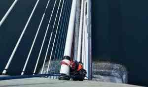 Сотрудники МЧС России спасают ото льда Русский мост во Владивостоке