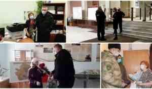 В Архангельске офицеры Росгвардии поздравили вдов и матерей погибших товарищей с Днем матери