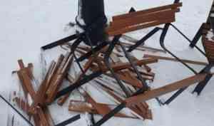 Вандалы раскурочили установленные летом лавки на Красной пристани в Архангельске