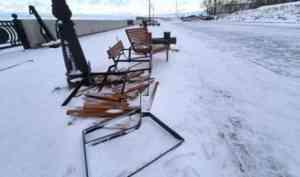 Скамейки на Красной пристани в Архангельске сломал молодой водитель «семерки»