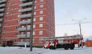 В Архангельске девушка выпала из окна многоэтажки и осталась жива
