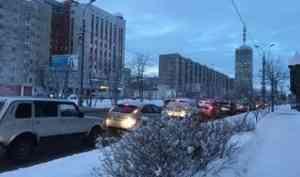 На перекрёстке в центре Архангельска изменят настройки светофора из-за пробок