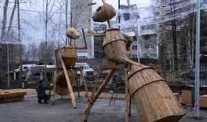 ВМолодёжном сквере Архангельска уарт-объектов— муравьёв деревянные ноги заменят наметаллические потому что горожане влезают нафигуры верхом