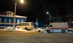 Вцентре Архангельска столкнулись рейсовый «пазик» имашина «скорой помощи»