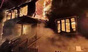 НаКегострове— крупный пожар: угорящего двухэтажного дома рухнул второй этаж