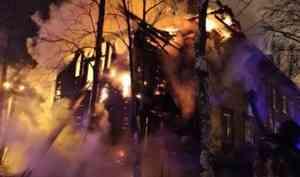 В Архангельске вновь горела «деревяшка» в переулке Водников