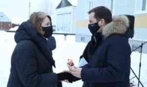 В Холмогорах жителям аварийных домов вручили ключи от новых квартир