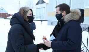 ВХолмогорах жителям аварийных домов вручили ключи отновых квартир