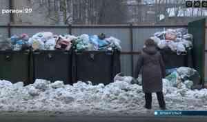 ВАрхангельске неубранные снежные завалы водворах мешают вывозить мусор