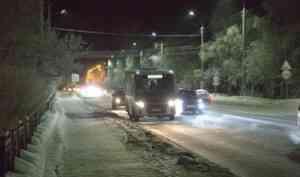 На набережной в районе САФУ ограничено движение транспорта из-за аварии на сетях