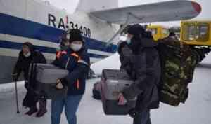 В отдаленные деревни Архангельской области самолетом прилетела вакцина от COVID-19