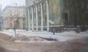 ВСеверодвинске глыбой снега чуть неубило ребёнка