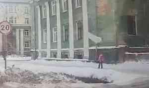 В Северодвинске на ребёнка упала снежная глыба с крыши здания
